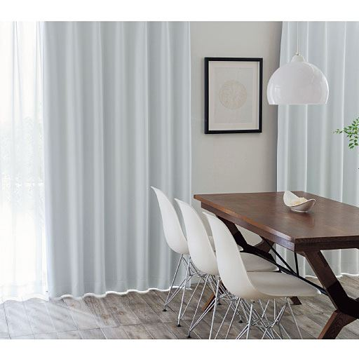 窓を包む白度の高いマシュマロタッチの1級遮光カーテンの写真