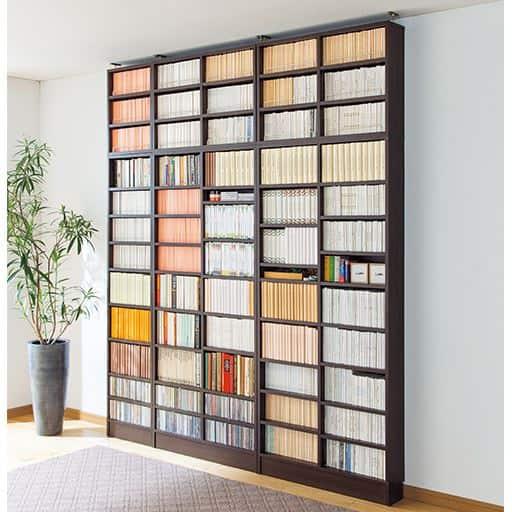 高さ違いの本がすっきり収まる壁面本棚(オープン)の写真