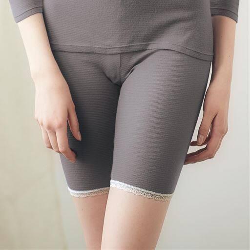 脇に縫い目がない綿混5分丈ボトム(温度変化に反応する素材を使用)