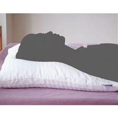 肩がのせられる大きな枕