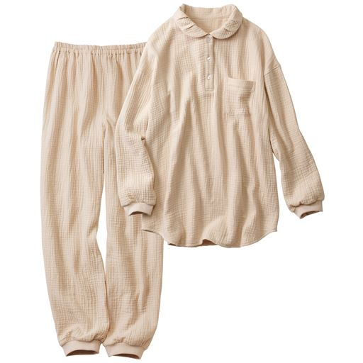 ふっくらとしたタック使いの衿元や、袖口や足口のリブで冷気をシャットアウト