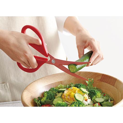時短調理にオススメ!包丁&まな板いらずで簡単な調理をこなす優れもの�  野菜から肉や魚介類�加熱した食材まで�様�な食材のカットが得意なキッチンハサミです�料理の下ごしらえや調理にも使えます�包丁&まな板いらずで洗い物が減って大助かり! 信頼の貝印製です�