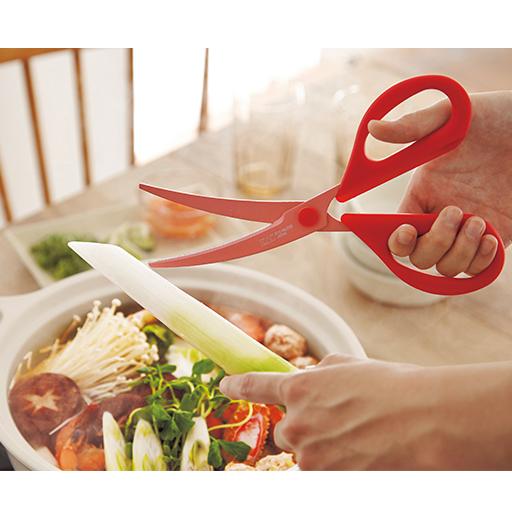 お鍋のシーズンも大活躍!ちょっと足りない食材を追加する時に�包丁&まな板を使う必要がありません� 滑りやすい糸こんにゃくや春雨のカットにもおすすめ! また�お鍋の中の調理中の食材だってらくらくカット� ハンドル部の�熱は100度�ビスキャップの�熱は110度なので�お鍋の中でもカットすることができます�(100度を超える鍋の中では使えません)