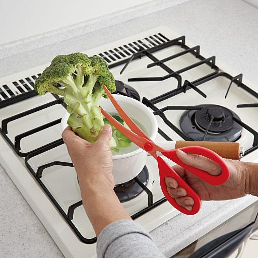 ★野菜の下ごしらえに ブロッコリーやカリフラワーの房を切り分けるのに�キッチンハサミが便利です� 他にも�ほうれん草などの葉物野菜の下ごしらえにも便利です�