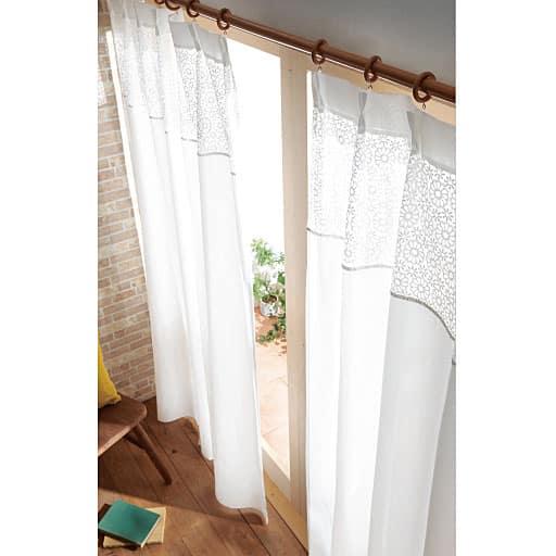 花柄と無地のレースのカーテン。生地を切り替えることで、上部からは明るい日差しや暖かさを室内にとり入れ、下部は外からの視線を遮断します。お部屋を目隠ししながら、開放感ある太陽の輝きをとり入れられます。