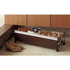 シューズボックス下の空きスペースを有効活用できるワゴン型のシューズラック。玄関内の使いにくかったスペースが、便利な収納空間として活用できます。キャスター付きで出し入れも簡単。棚板は2段階に角度調節できて、高さのある靴の収納にも対応します。