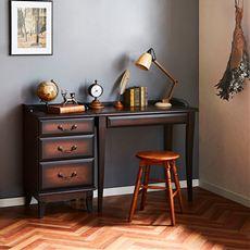 格調高いクラシック調仕上げの家具シリーズ。雰囲気たっぷりのデスク&サイドチェストです。軽くラウンドした脚の付いた英国調のデザイン。アンティーク調のシリーズ家具でコーディネートしてみてはいかがでしょう。