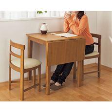 【完成品(B)】1人の時は60cm四方の最小サイズ、幅を90cmに伸ばしてゆったり使いも◎延長天板も2本脚で支えるので安定感があります。片パタテーブルとチェア2脚組の2タイプ×2カラーからお選びいただけます。