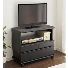 【完成品※】設置場所やテレビの大きさに合わせて高さが調節できるパイン天然木のテレビ台。コンパクトながら高さによって変わるオープン部とたっぷりと入る引出しで収納力にも優れています。配線をまとめる機能やストッパー付きキャスターで使い勝手も◎!!