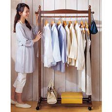 天然木(ラバーウッド)を贅沢に使用した、シンプルなキャスター付きハンガーです。玄関やお部屋に置いても違和感のないデザインで、来客時や普段よく使うコートやジャケット等を掛けておくのにとても便利です。キャスター付きなので服を掛けたままの移動も簡単です。