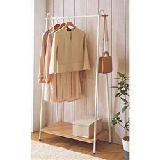 洋服とハンドバッグなどのファッション小物をまとめて片付けられる、棚付きのハンガー。強度が求められるハンガーはスチールで、しっかり収納したい棚板は合板で仕上げた、適材適所のおしゃれデザイン。お部屋のコーナーで、普段使いの衣服の収納におすすめです。