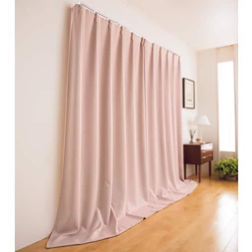 すき間からの光や冷気を抑える、窓を包む保温・遮光カーテン。