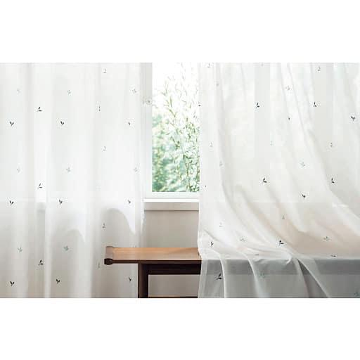 【ネット限定】窓からの熱気や冷気をガードする遮熱生地を採用した、可愛らしい刺しゅう柄のカーテン。さり気なく散りばめられた、リーフ、フラワー、星、鳥、フラッグのキュートな5種類の刺しゅう柄から選べます。