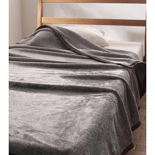 寒い冬の朝もあたたかくひやっとしない。吸湿発熱素材を使用した「スマートヒートR」シリーズの毛布です。吸湿発熱スマートヒートを使用したフランネル毛布の生地を使用しているのでやわらかな肌触りも魅力。シングル、ダブルの2サイズ展開です。
