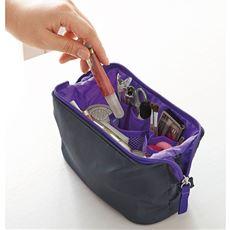 ポーチの口がガバッと大きく開いて出し入れ簡単。コスメやメイク道具をスッキリ収納できます。6つのポケットがあるので、口紅やアイシャドウなどを立てて収納できるのも便利です。