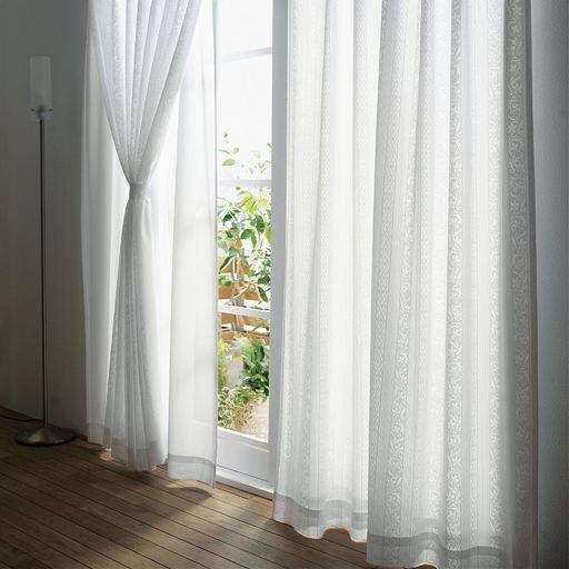 カーテンが二重になっていることで、位置や束ね方などでいろいろなアレンジができます。二重構造によって、間に空気層ができ、遮熱・保温性がアップし、冷暖房効率の改善にやUVカット率も上がります。