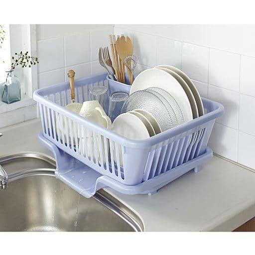 扱いやすい樹脂製の水切りかご。サビの心配がなく、水切り自体を丸洗いできるから、衛生的にお使いいただけます。お皿を立てて置けるので水切れもGOOD!スプーンや箸を入れられる箸立て付き。