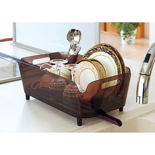 キラリと輝くアクリル素材クリア感がオシャレな水切りバスケット。動かせる排水ノズルの向きを変えるだけで、縦置き・横置きどちらでもOK!お箸やお皿を立てられたり、つけ置き洗いもできたりと、機能面も◎一人暮らしや少人数のご家庭にオススメです。