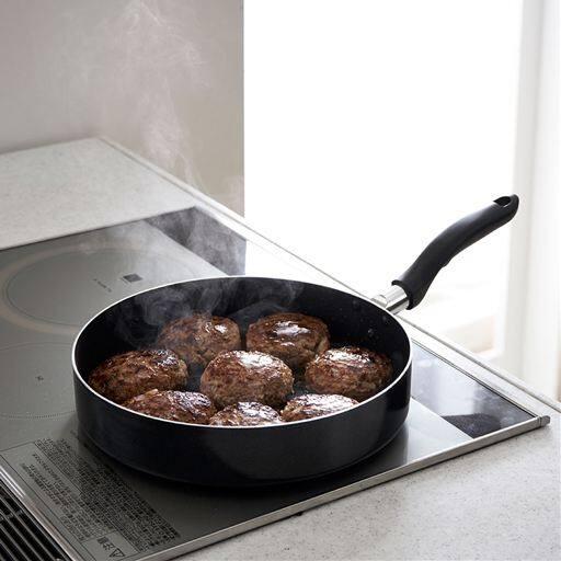 本体の平らな面が広いので、一度に少し多い目の食材が重ならずに焼けるフライパン。焼きもの料理をするときに大活躍!