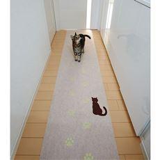 暗闇で猫の足あとが光る!ソフトな踏み心地の蓄光廊下敷き吸着マット。キズや汚れを防ぎ、足音も軽減できます。表面は汚れにくいはっ水加工、裏面はしっかりずれにくい吸着加工です。