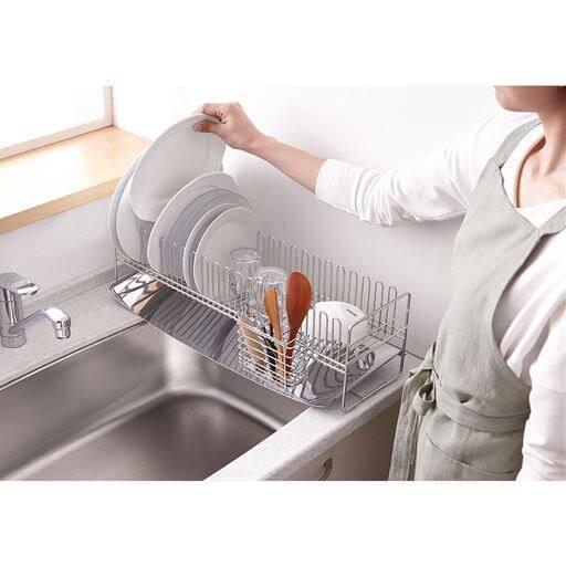 薄型なのに大皿もしっかりと立つ、個性的なU字型ワイヤー水切り。お皿を立てたり、コップを引っ掛けたりが場所を選ばず自由自在にできます。便利な縦型の箸立て付き。