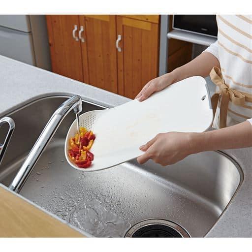 この1枚で、切る・洗う・水切りができる便利なまな板です。食材を洗って水切りし、まな板として食材をカットし、食材から出た水分を水切りして、がこのまな板で全部できちゃいます!