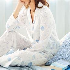 素肌にやわらかく、サラッと涼やかなタッチが気持ちいい。インポート風の柄が大人のくつろぎに寄りそう、綿混ニット素材のシャツパジャマ