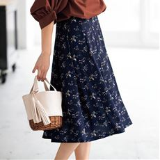 毎回好評の、はき心地がよく、きれい見えするジャージー素材のスカートシリーズ。夏バージョンは、夏素材に色柄をバージョンアップして登場です
