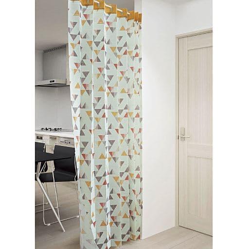 階段や天井と高い出入り口の間仕切り、押入りの目隠しなど、使い方いろいろのアコーディオンのれん。パタパタ折りたためるので、開けた時に邪魔になりません。市販の突っ張りポールに通して簡単に設置できます。(※つっぱりポールは商品に含まれません)