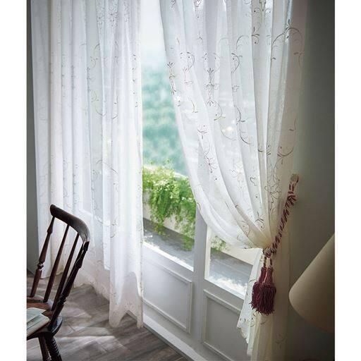 「リビングのレースカーテンは一日中目に入るからこそおしゃれでキレイなものを使いたい」。上品な印象のトルコ刺繍のボイルカーテンです。蘭の花が窓辺に舞う刺繍が美しく、エレガントな印象に。
