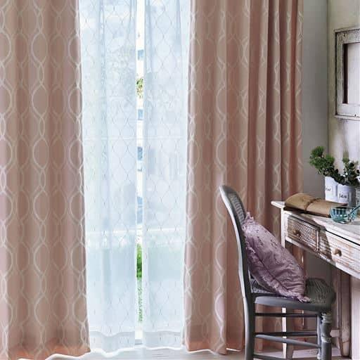 かわいい幾何模様が浮かぶフェミニンな印象のジャカード織り遮光カーテンです。裏地付きなのでほどよく日差しを遮る3級遮光。遮熱や保温の効果もあるので、冷暖房の効率を高めます。きれいなドレープが続く形状記憶つき。