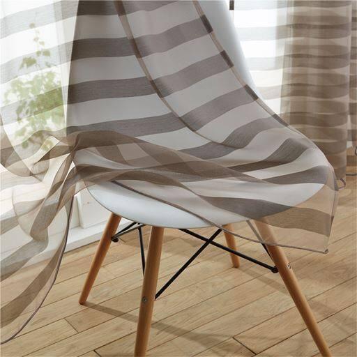 「レースカーテンはデザイン性を重視したおしゃれなものがいい!」という方におすすめ。ドレスに使われるような極繊細の縦糸で織り上げた、しなやかな高級感のあるボイル生地のカーテンです。ボーダーの柄がモダンでおしゃれな印象です。