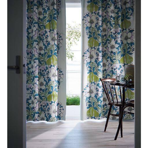 お部屋の雰囲気が変わる大胆で華やかな北欧デザインのカーテンです。自然の美しさを日常生活に取り入れるという発想でお部屋を明るく彩ります。日本の住宅事情に合わせ程よく日差しを遮る2級遮光機能カーテンです。