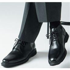 ビジネスにぴったりのブーツが、紐ありのチャッカータイプとバックルのモンクストラップタイプの2種で新登場。
