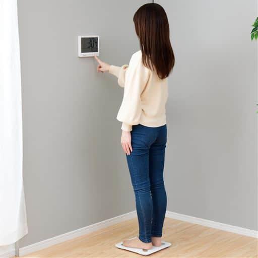 見やすい!壁掛け式体重体組成計 - セシール