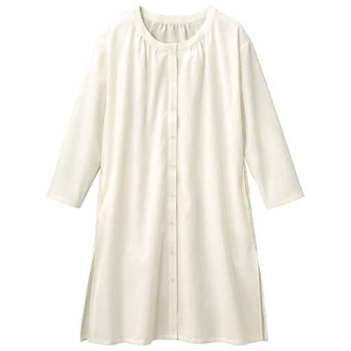 【大きいサイズ プランプ】衿ぐりにたっぷりのギャザーを寄せたふんわりシルエットのノーカラーロングシャツです