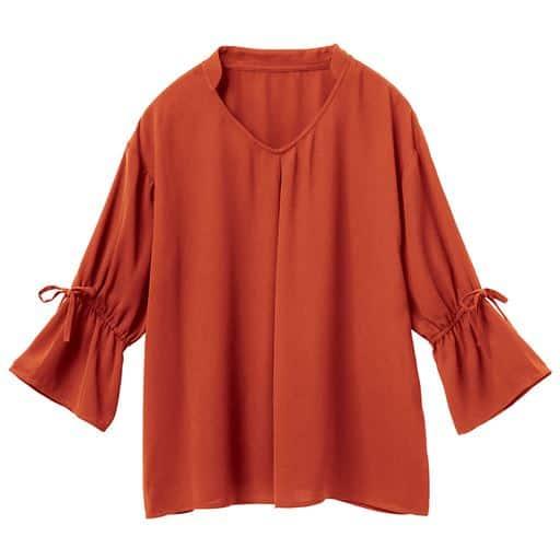 袖のリボンがポイントのこなれ可愛い旬のブラウス。体が泳ぐゆったりシルエットで、今年らしいフェミニンスタイルを満喫できる1枚です