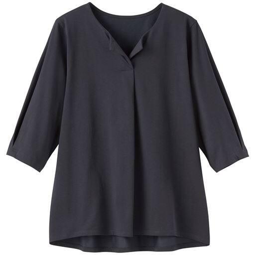 オンにも使えるきちんと感。胸元と袖口にタックを取ったスキッパーカラーデザインのプルオーバー