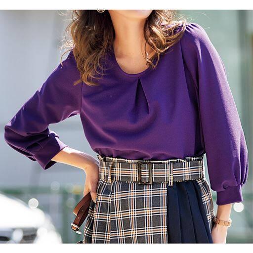 シンプルで着まわしやすい秋色のパフスリーブプルオーバー