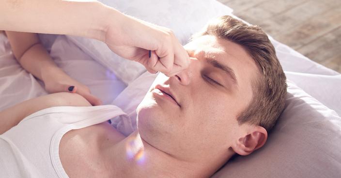 いびきの原因と対策は? いびき防止グッズを使った対処法