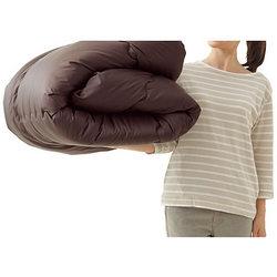 軽くて暖かいのに、羽毛布団よりコンパクトにたためます