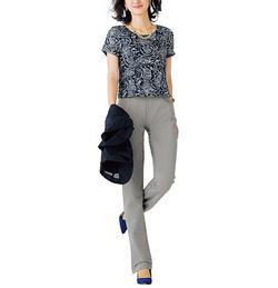 大人の女性らしさを醸し出す、かのこ素材のブーツカットパンツ