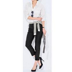 シンプルな白のシャツに黒いパンツの組み合わせ