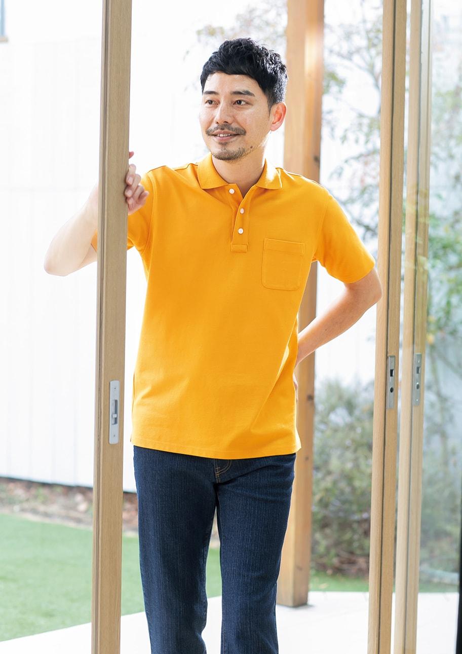 ジーンズと好相性!爽やかマスタードイエローのポロシャツ