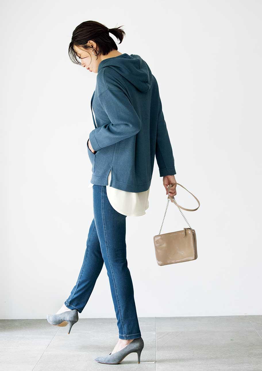 ブルー系でまとめた着こなしは、裾からのぞくホワイトがアクセントに