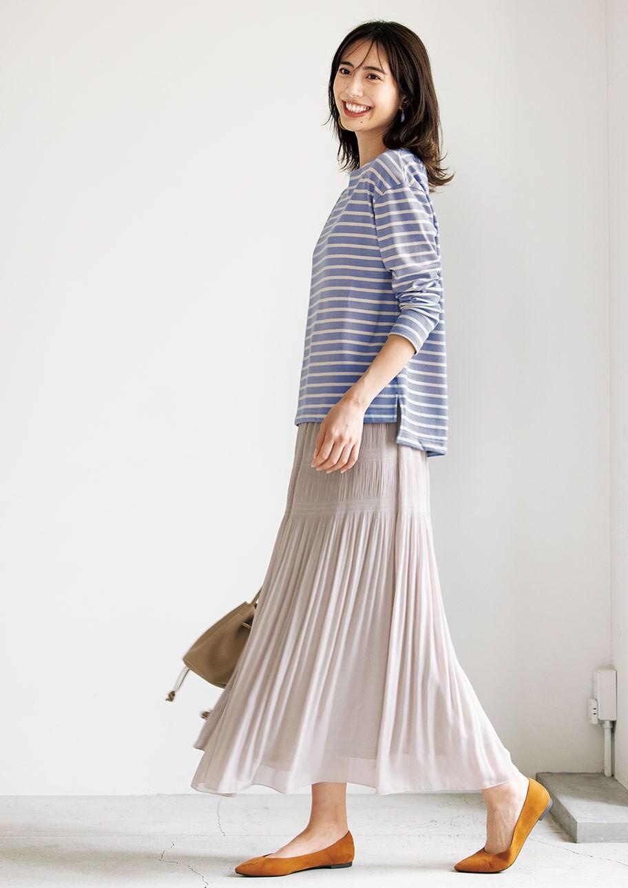 ロング丈のスカートなら、定番ボーダーもこなれた雰囲気に
