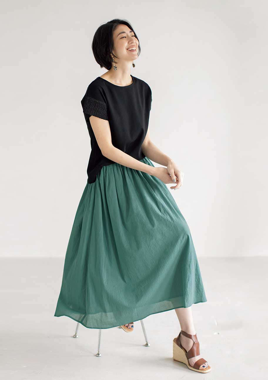 ブラック×グリーンの配色がトレンド感のあるスカートスタイル
