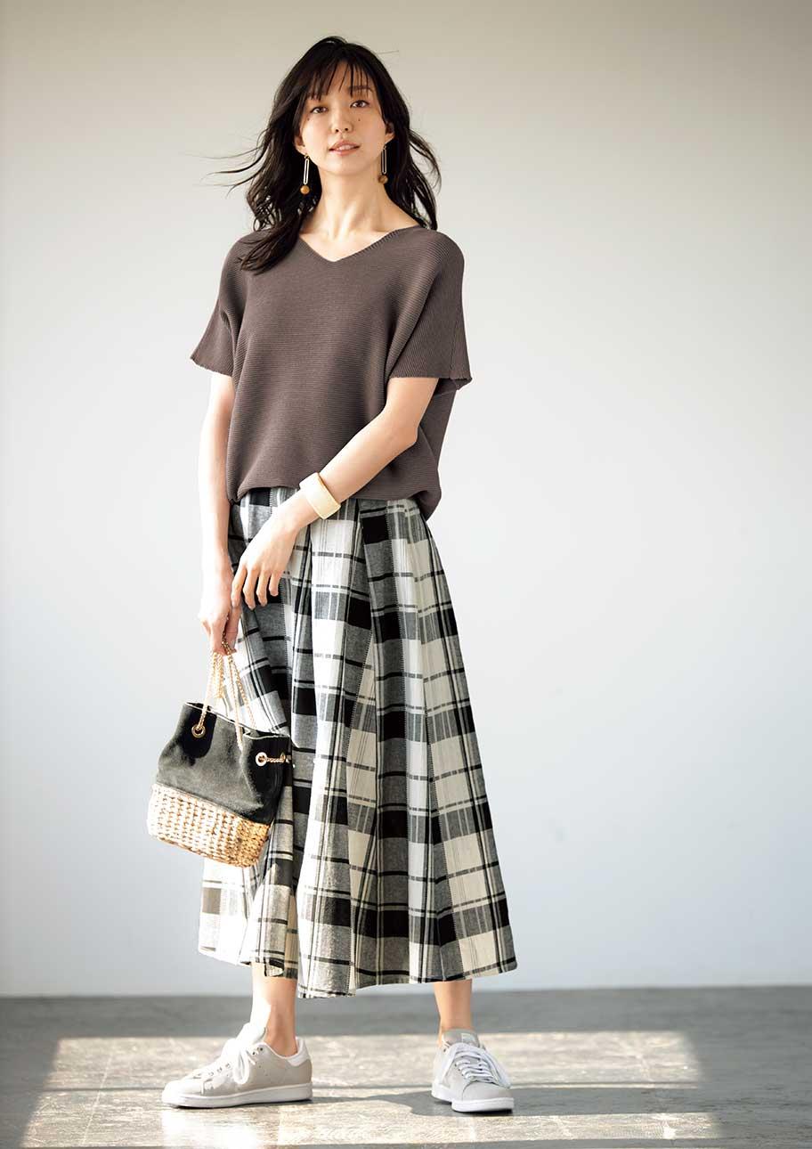 存在感のあるスカートにゆったりニットを合わせた今どきスタイリング