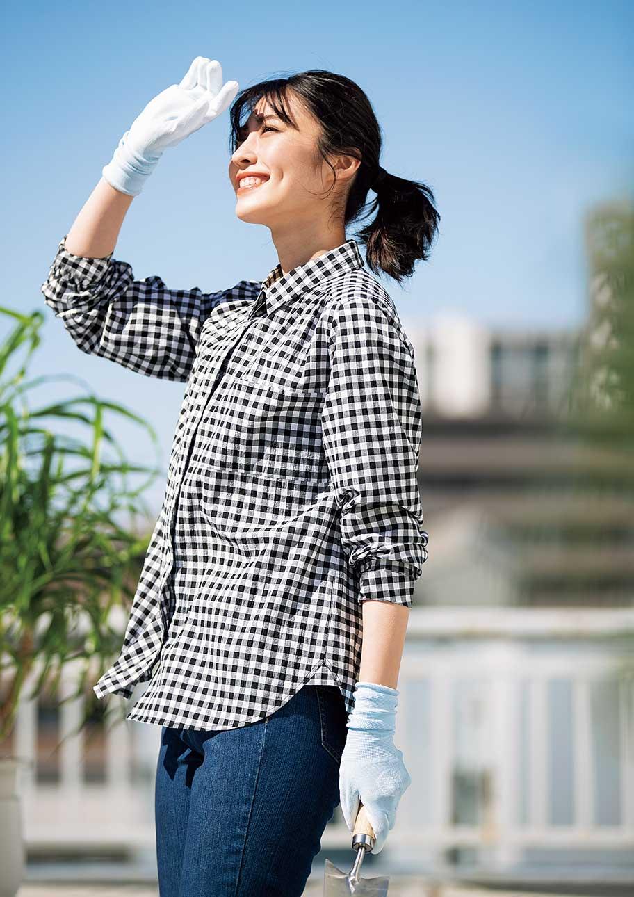 ギンガムチェックのシャツなら、庭作業もおしゃれにUV対策も!