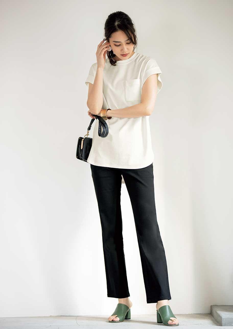 モノトーンでまとめたパンツスタイルはプルオーバーが女性らしいデザイン